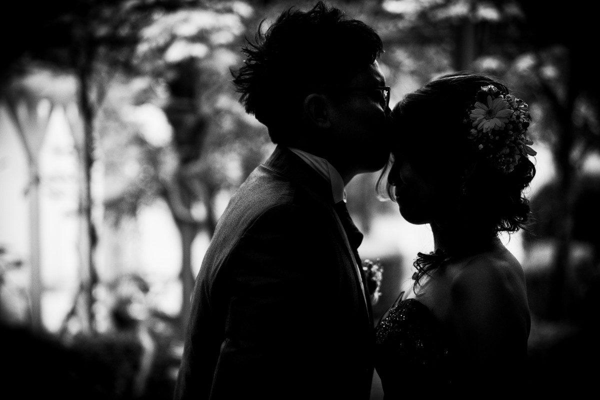 花嫁のおでこにキスをする新郎