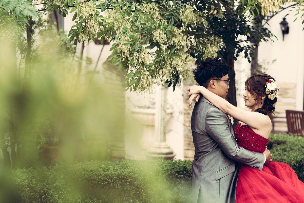 ガーデンで抱き合い見つめ合う新郎新婦