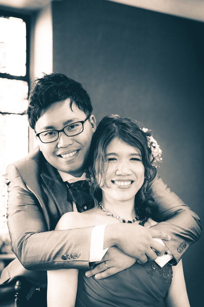 後ろから花嫁を抱きしめて幸せそうなお二人