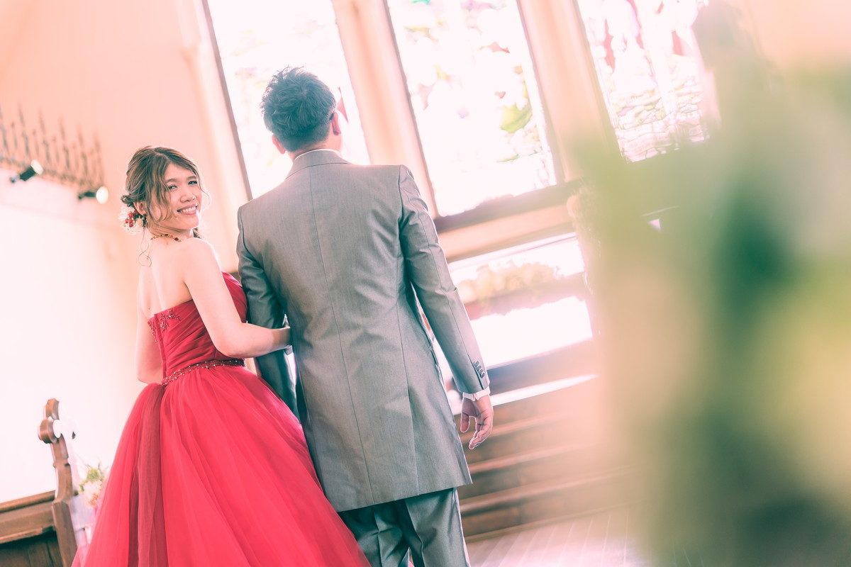 チャペル祭壇前で並び花嫁のみ振り返ってもらいました
