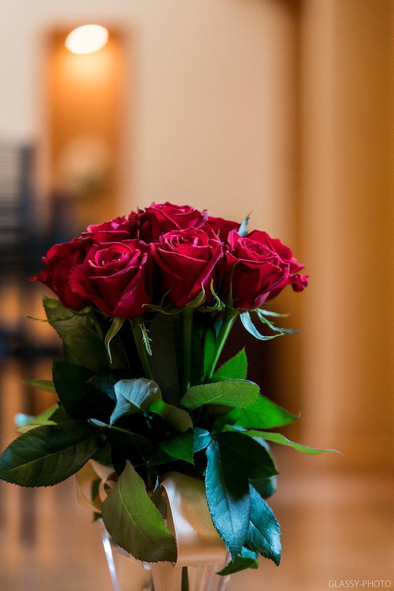 赤いバラのブーケが後ほど披露宴で大活躍します