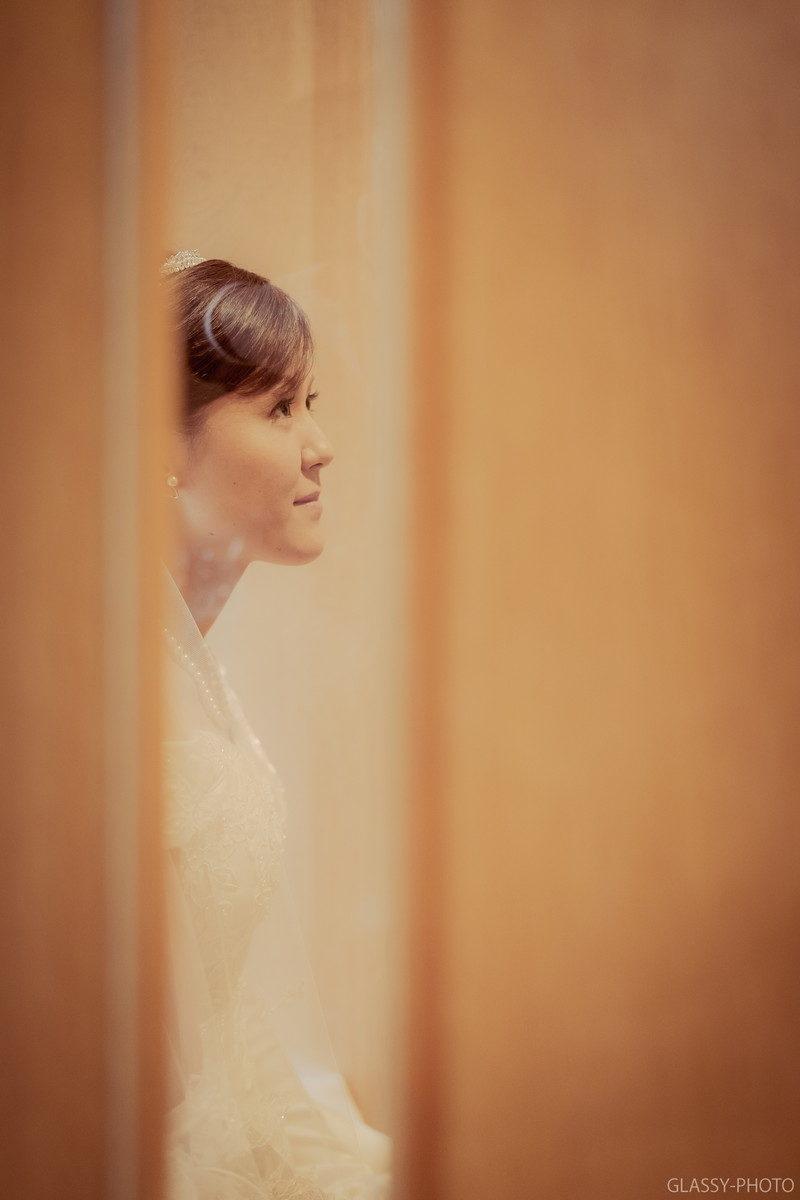 挙式前の新郎新婦控え室を小窓から覗くことができます。