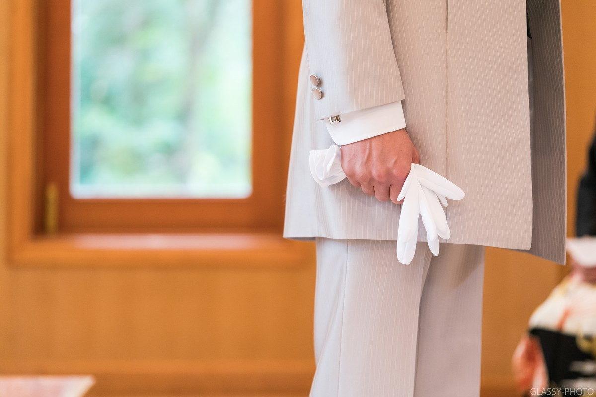 白いグローブをしっかりと握る手にも緊張感が漂います