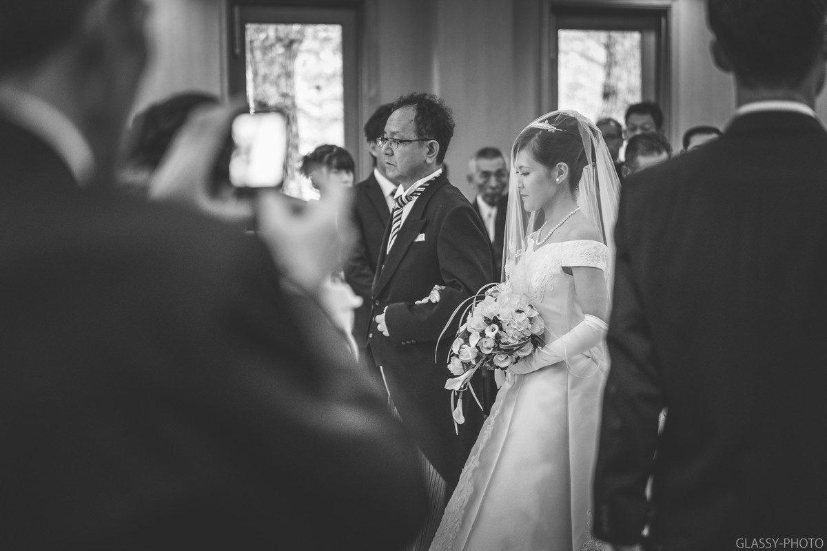 お父さんの少し後ろから花嫁は歩きます