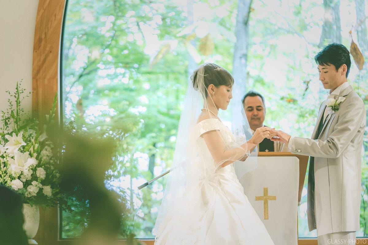 結婚指輪の交換も撮影アングルを変えながら写真を撮っていきます