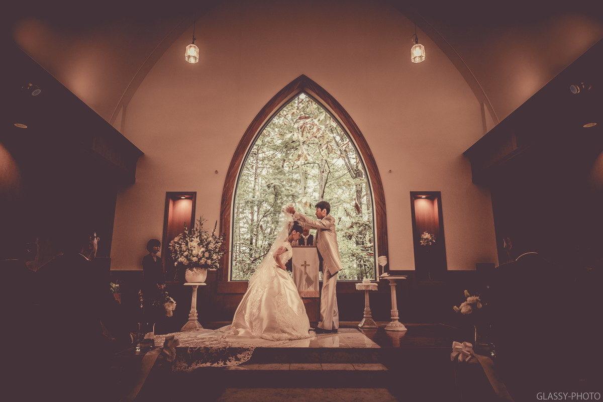 花嫁のベールを上げて誓いのキスへという流れになります