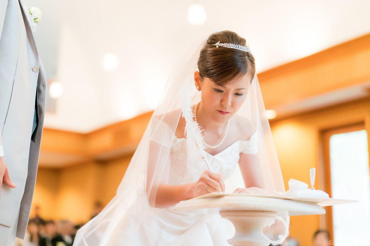 誓約書にサインをする花嫁