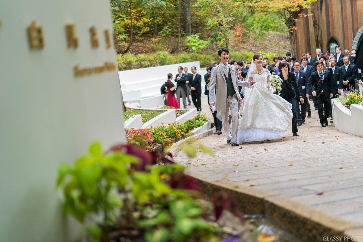 向こうの道路に見えている花嫁車に乗り込んでホテルシェラリゾート白馬へと移動します