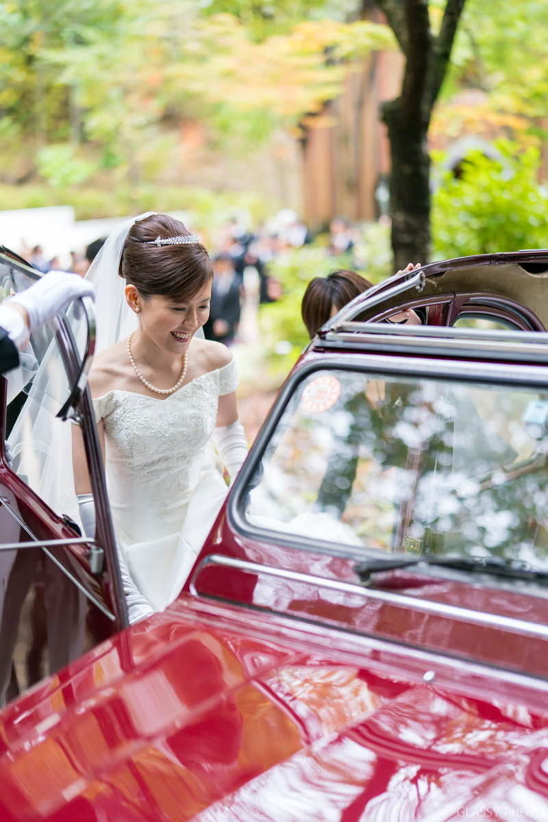 集合写真を終えると、向こうの道路に見えている花嫁車に乗り込んでホテルシェラリゾート白馬へと移動します。