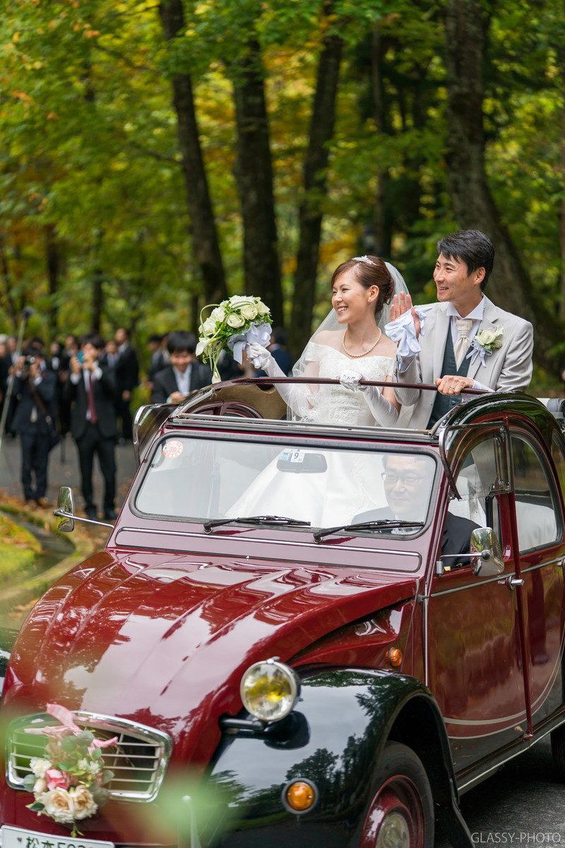 ゲストのみんなに手を振って花嫁車で移動します