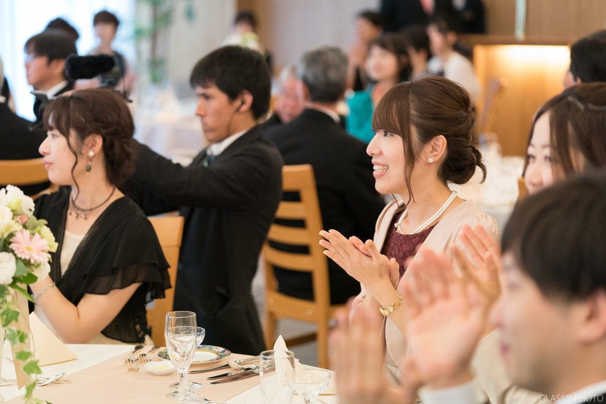 祝福の拍手をおくる女性ゲスト