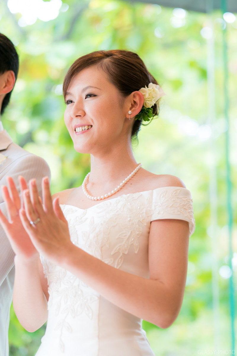 お手本バイトを笑顔で見つめる花嫁