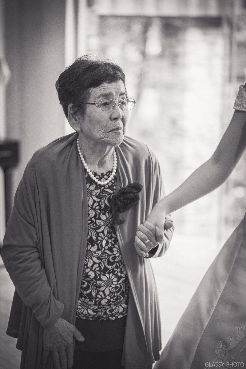 中座エスコートで花嫁の手を取るおばあちゃん
