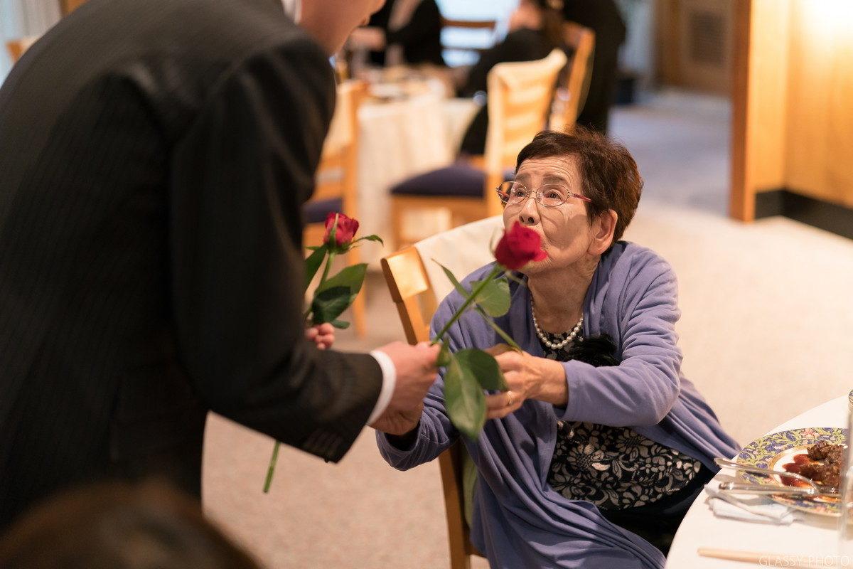 新郎にバラを渡すおばあちゃん
