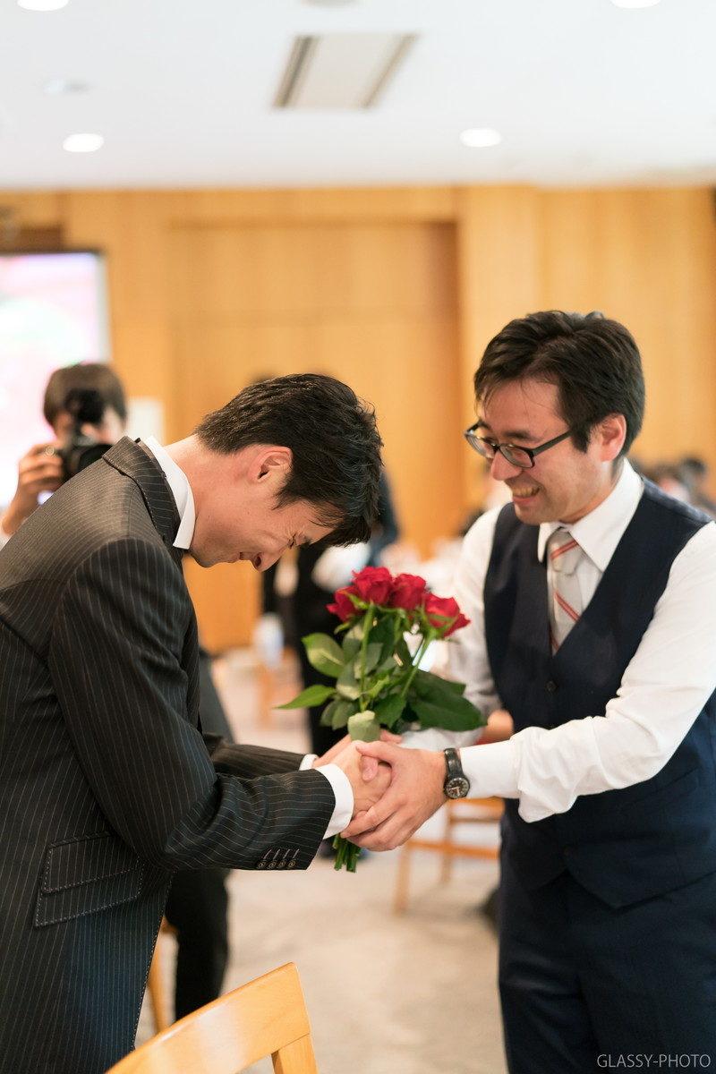 握手を交わす新郎と友人