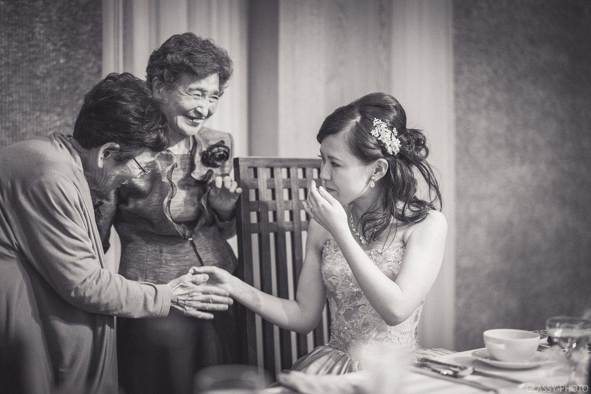 花嫁にお祝いの言葉を告げるおばあちゃん