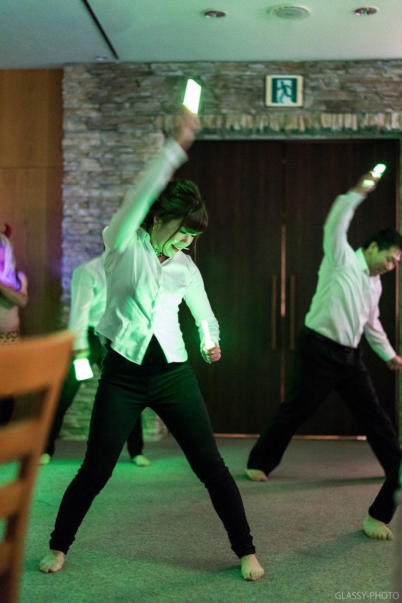 サイリュームをもってダンスをする女性ゲスト