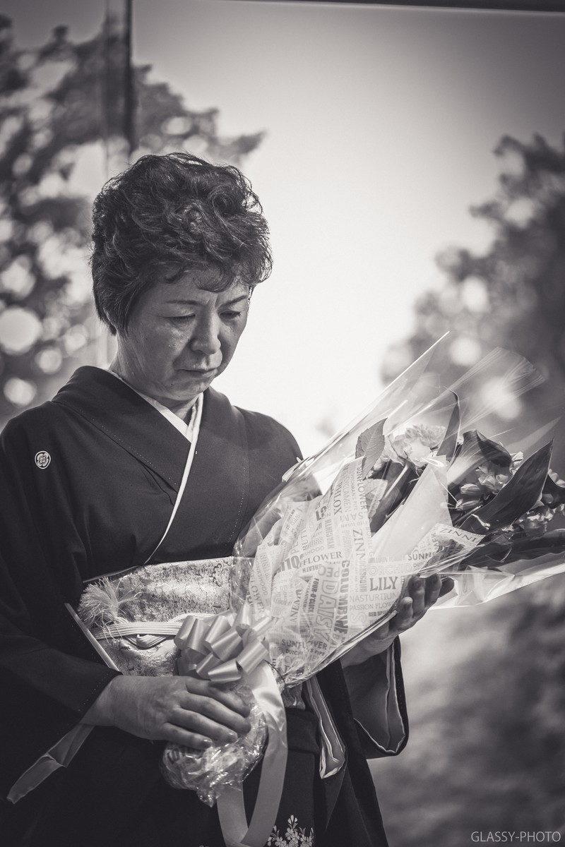 新郎からの感謝の花束をしっかりと握るお母さん