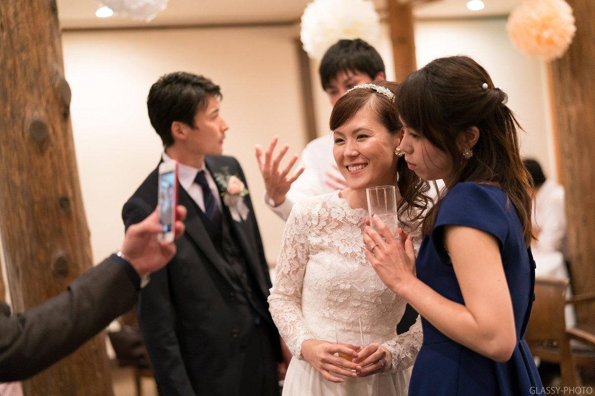 友人との写真撮影を楽しむ花嫁