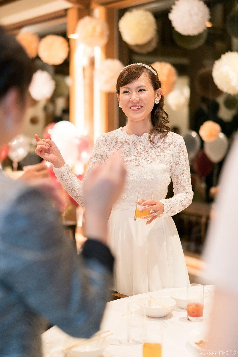 友達と楽しく笑顔で会話する花嫁