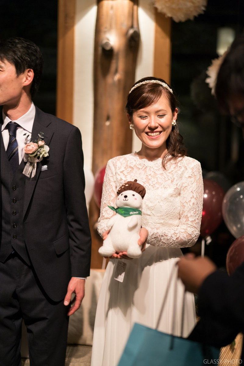 ぬいぐるみ?のプレゼントをもらって笑顔の花嫁