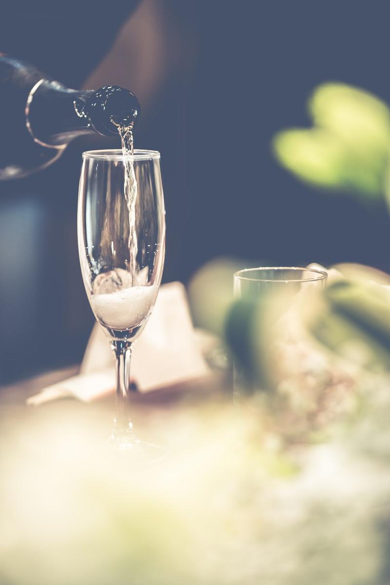 グラスに注がれる乾杯酒