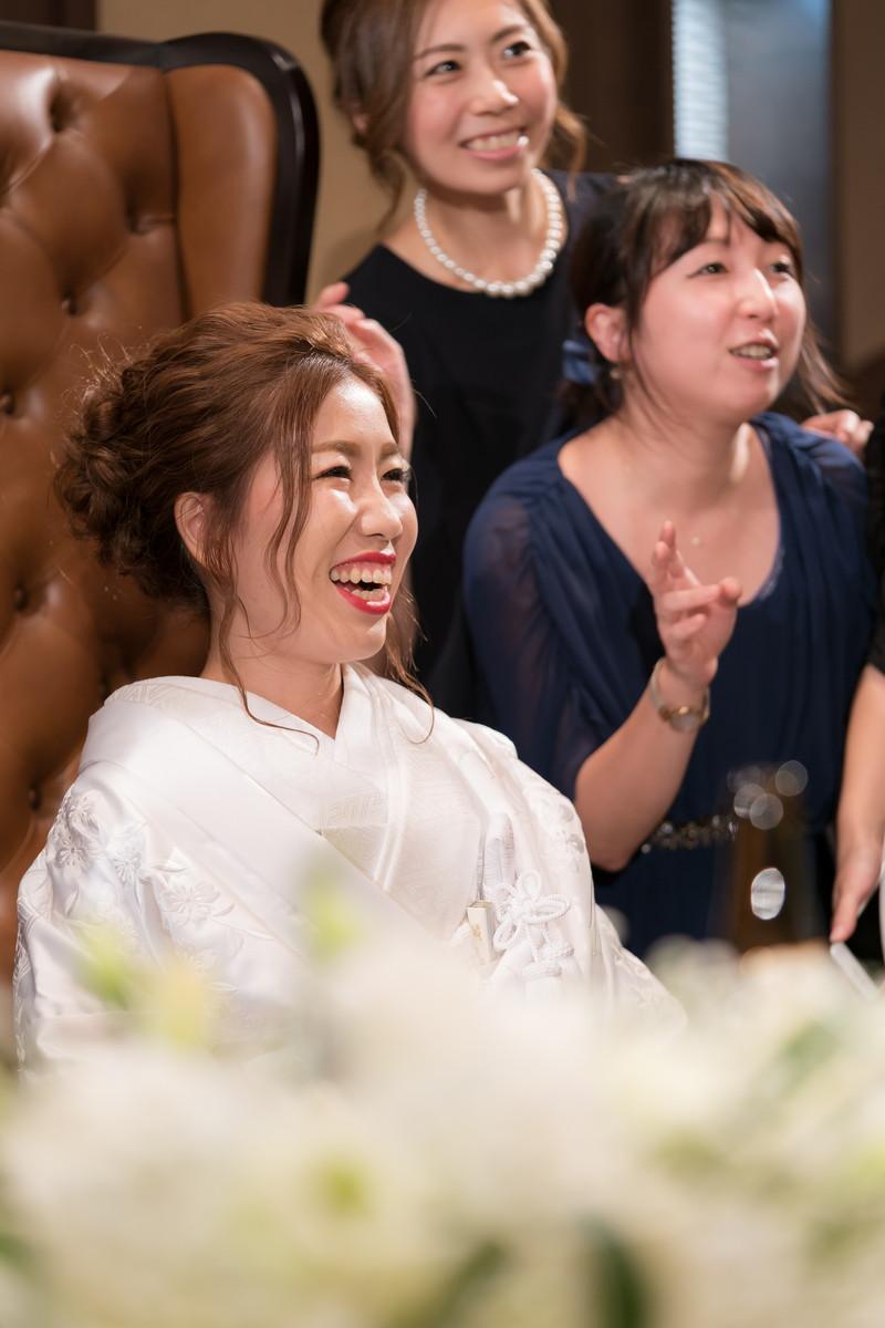友達に囲まれて笑顔の花嫁さん