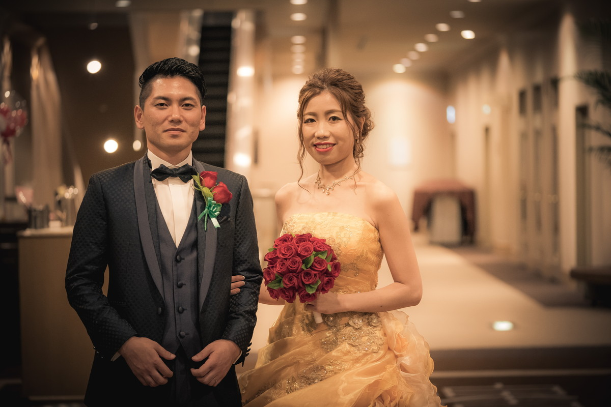 タキシードとドレス姿の新郎新婦