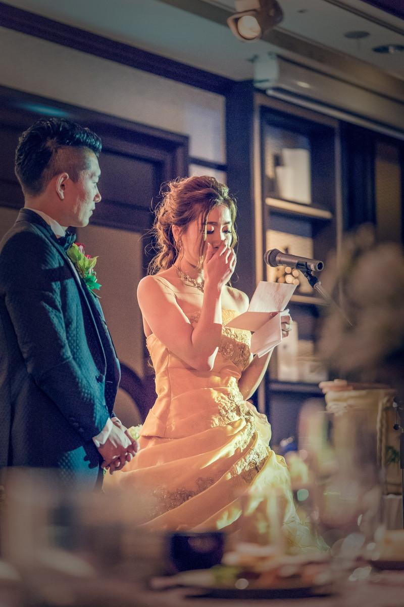 感謝の手紙で涙する花嫁