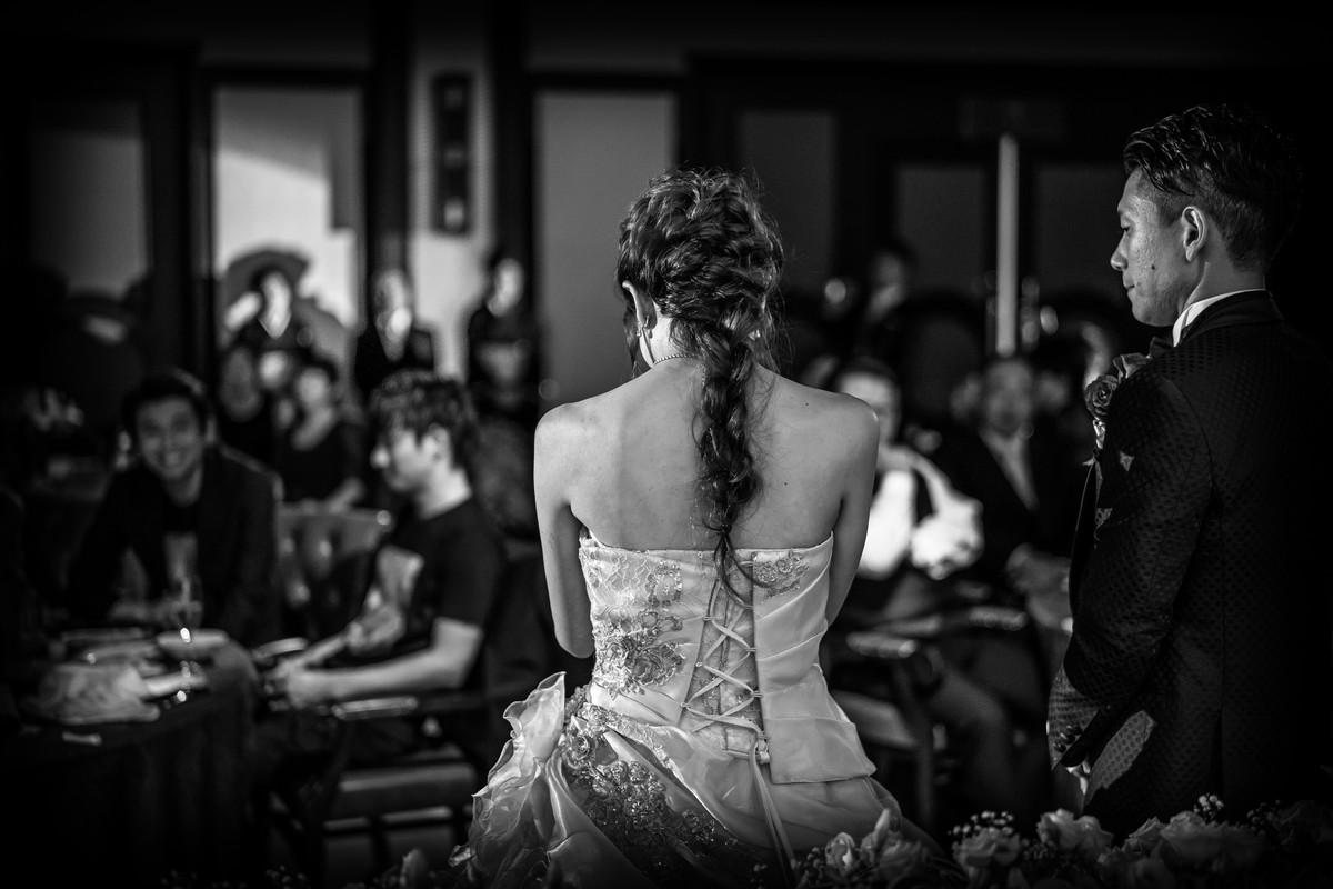 涙する花嫁の後ろ姿
