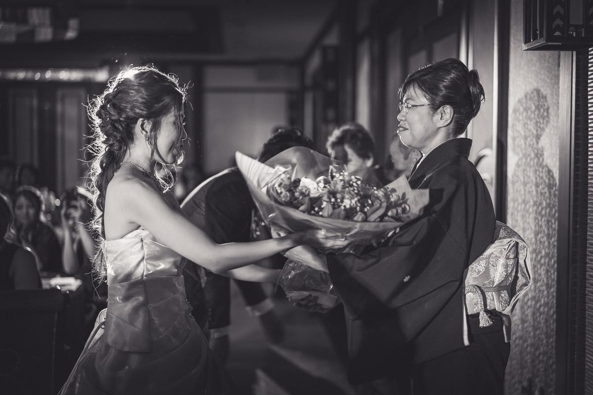 母親に感謝の花束を渡す花嫁